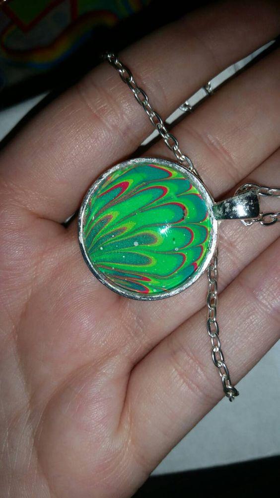 Neon-Grün, blau, gelb und Rosa Wasser marble Halskette