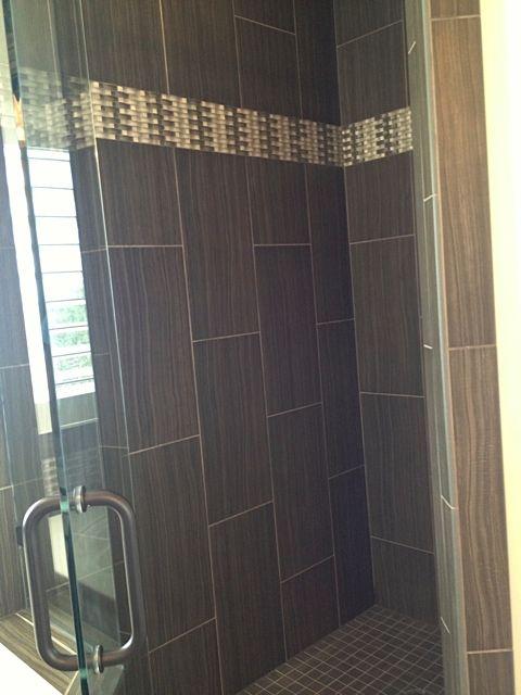 Elegant Tiled Bathroom With Vertical Border Tile