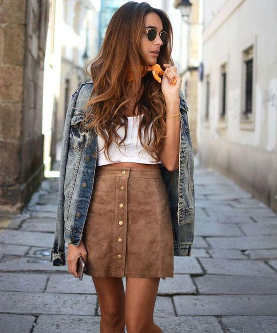look-saia-de-botoes-suede-marrom-top-cropped-branco: