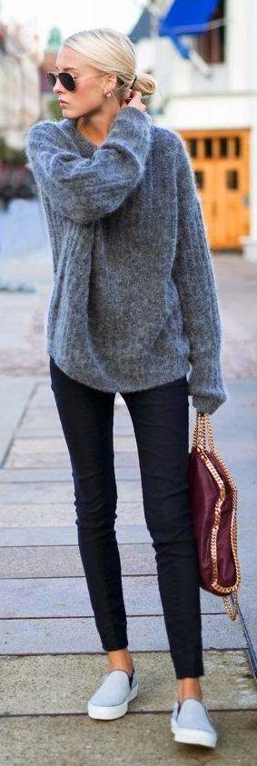 Grauer Pullover, schwarze Röhre. Einfach Lässig, flauschig und bequem.