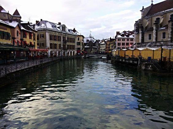"""#Annecy... un gioiello in terra di #Francia. Definita anche la """"piccola Venezia dell'Alta Savoia"""", Annecy é una meravigliosa cittá d'arte, ricca di architettura... puoi passeggiare tra suggestivi canali, sponde fiorite... attraversare piccoli ponti e vedere le mille facciate colorate delle sue case."""
