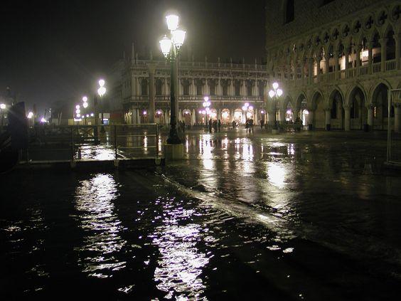 """* Veneza, Região do Vêneto * Itália.  """"Praça de São Marcos"""".      """"Acqua Alta""""."""