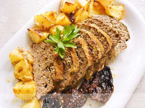 Receta de pastel de carne con aceitunas y parmesano: una receta fácil para el verano. Se puede comer caliente, pero frío está todavía mejor.
