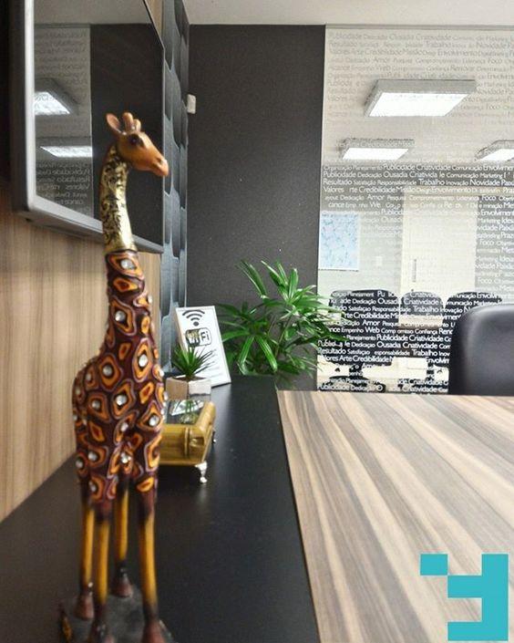 Uma girafa muito simpática! Sala de Reuniões, Projeto de Arquitetura de Interiores, Goiânia - Goiás. #issoéFORS #Fors #Ideias #Arquitetura #Autoral