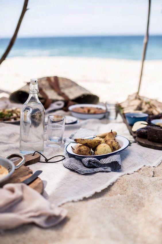 Comer en la playa.:
