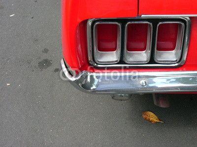Heckleuchte eines roten Ford Mustang der Siebzigerjahre in der Klassikstadt in Frankfurt am Main