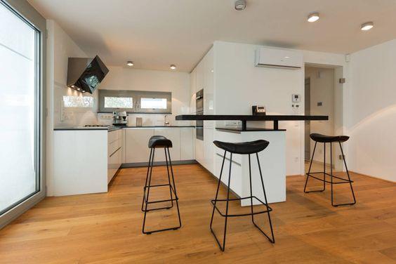 Wie kann ich eine weiße Küche am besten einrichten? Haus - Parkett In Der Küche