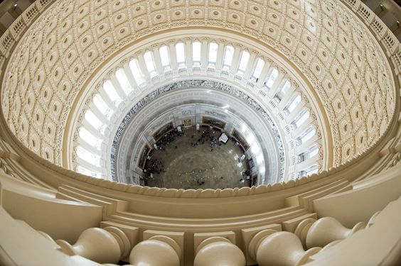 Vista de la rotonda interior del Capitolio desde su domo recientemente reconstruido