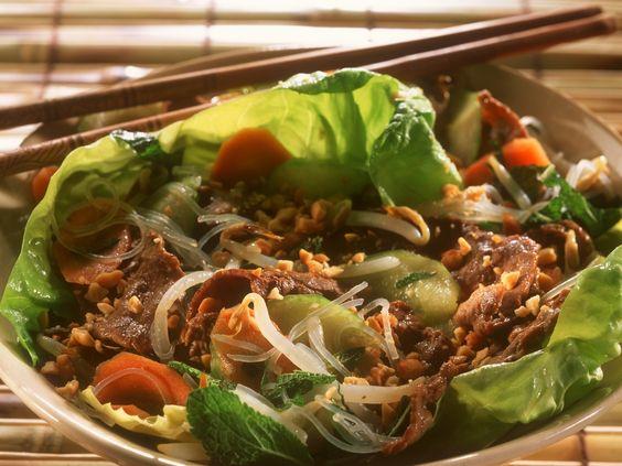Rindfleisch mit Erdnüssen und Reisnudeln auf Vietnamesische Art | Zeit: 30 Min. | http://eatsmarter.de/rezepte/rindfleisch-mit-erdnuessen-und-reisnudeln-auf-vietnamesische-art