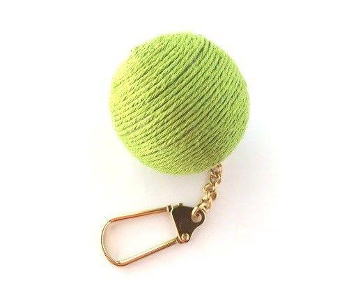 麻の玉のキーホルダーになります。 付けるところによってはバックチャームとしても可愛く使用する事が出来ます。 玉の大きさは直径4㎝です。※カギのチャームは付きま...|ハンドメイド、手作り、手仕事品の通販・販売・購入ならCreema。