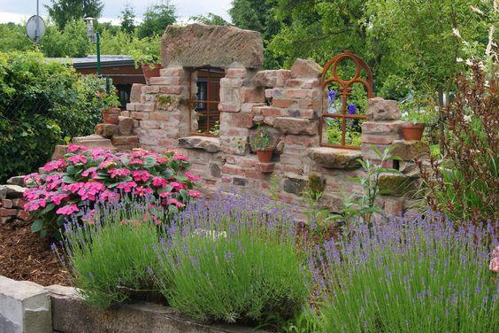 Wieder eine schicke Ruinenmauer mit Fenstern als Sichtschutz für eine Gartendusche von www.wellness-stock.de/gartendusche oder für eine kuschelige Sitzecke: