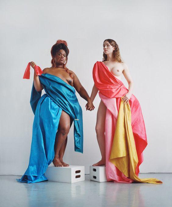 La pareja Jari Jones (izquierda), @iamjarijones, y Corey Daniella Kempster, @corey_meets_world. La primera es modelo y actriz, y la segunda trabaja en la protección de personas trans en Nueva York. Maquillaje de @agussuga_mua