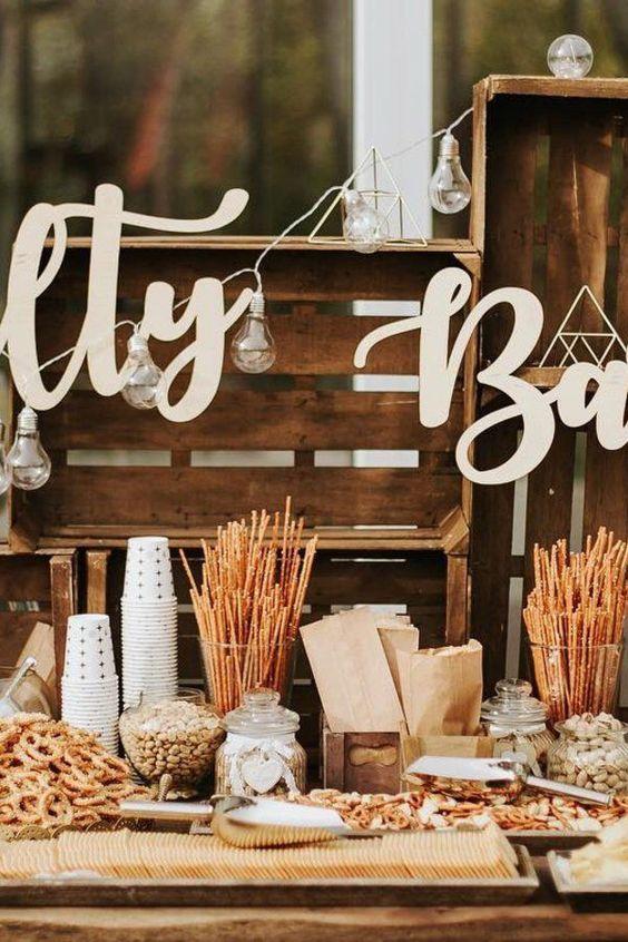Die Salty Bar macht der süßen Candy Bar Konkurrenz: An der klassischen Hochzeits-Snack-Station gibt es jetzt statt Zuckerschlangen nämlich Salzbrezeln und Chips