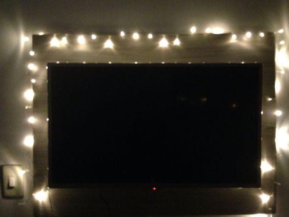 Idéia para valorizar a iluminação do quarto com pisca pisca no painel de Tv , luzes de natal ... <3