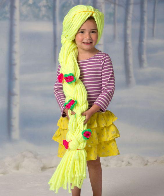 Mit dieser langen geflochtenen Perücke fühlt sich jedes Mädchen königlich wie eine Prinzessin. Zuerst eine mützenähnliche Basis für die Perücke häkeln und dann das Haar einflechten. Die Blumen separat...