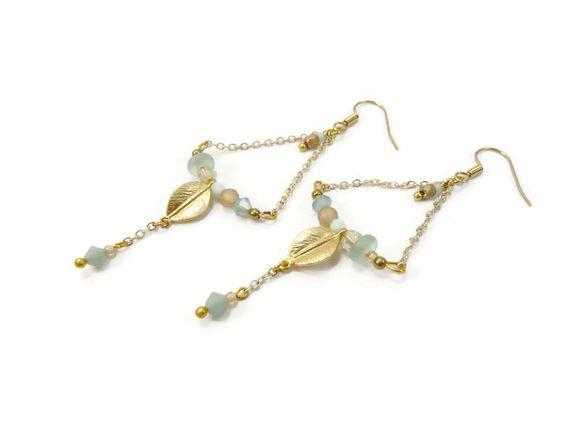 Boucles d'oreilles pastel bleu pêche triangulaires sur chaînette