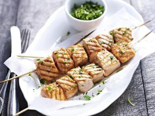 Lachsspieße mit Gremolata, frisch vom Grill. Eine leckere Alternative zu Fleisch und Würstchen.