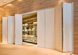 Puertas plegables con varias aperturas #puertasplegables #puertas #hogar #tips #decoracion #consejos #ahorrarespacio #plegables