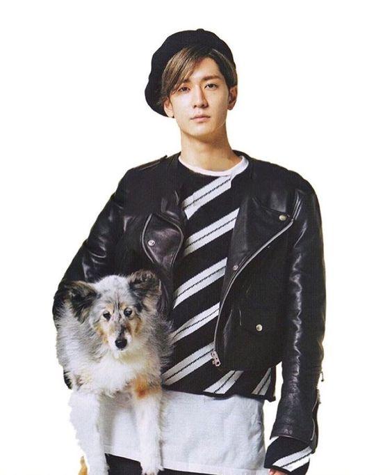 犬を抱っこする中島裕翔
