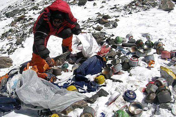 """El Everest, al este de Nepal en el Parque Nacional de Sagarmatha declarado Patrimonio de la Humanidad por la UNESCO en 1979, es la montaña más alta y que más ambición suscita al Hombre con sus 8.848 metros. Atrae cada año a más de 200 expediciones que viene provocando una importante degradación medioambiental con el abandono en su cima de residuos e incluso cuerpos de alpinistas, considerándose el """"vertedero más alto del mundo""""…"""