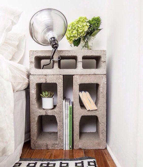 Criado-mudo feito com blocos de concreto. Todos os espaços são úteis, podendo guardar vários pequenos objetos. Você ainda pode pintar os blocos na cor que quiser, personalizando ainda mais o projeto.: