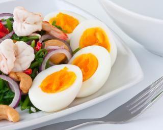 Salade aux crevettes, oeufs durs et noix de cajou : http://www.fourchette-et-bikini.fr/recettes/recettes-minceur/salade-aux-crevettes-oeufs-durs-et-noix-de-cajou.html