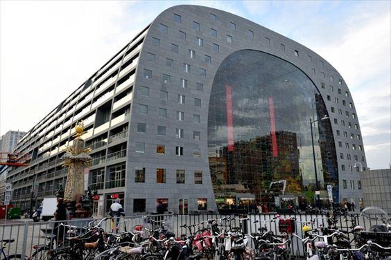 トラムのブラーク停留所から見るマーケットホール(オランダ語でマルクトハル)。トンネル状の側面と屋根部分(ルーフ)はマンションになっている(写真:武藤 聖一)