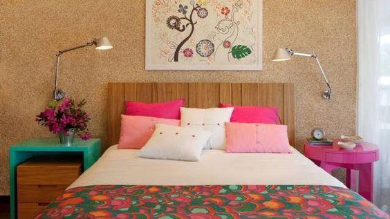 No projeto da dupla Camen Zaccaro e Marise Kessel para um quarto de casal, criado-mudo é laqueado de turquesa e a mesa lateral, de rosa, com...