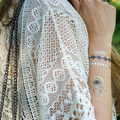 Eyecatcher des Sommers - glitzernde Fake-Tattoos: Wer kennt sie nicht auch noch aus der Kindheit? Abziehbildchen und Klebetattoos. Wer hätte gedacht, dass sich daraus jemals ein Style Trend entwickeln wird? Besonders schön wirkt der Hautschmuck in gold und silber auf sonnengebräunter Haut.  #flashtattoos #flash-tattoo #klebetattoo #fashiontrend #trends2015 #fashion #zeitzeichen #würzburg #mode #inked #trend #eyecatcher #modeschmuck #schmuck