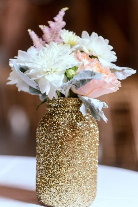 Centre de table / Vase - Shabby chic / Rustique / Romantique / Vintage - Bocaux & Glitter| Shimmery beauty made from a simple mason jar, golden glitter and cool-hued flowers for a fancy floral table decor element | These 20 Unique Floral Centrepiece Ideas Are Irresistibly Screenshot-Worthy! | Function Mania