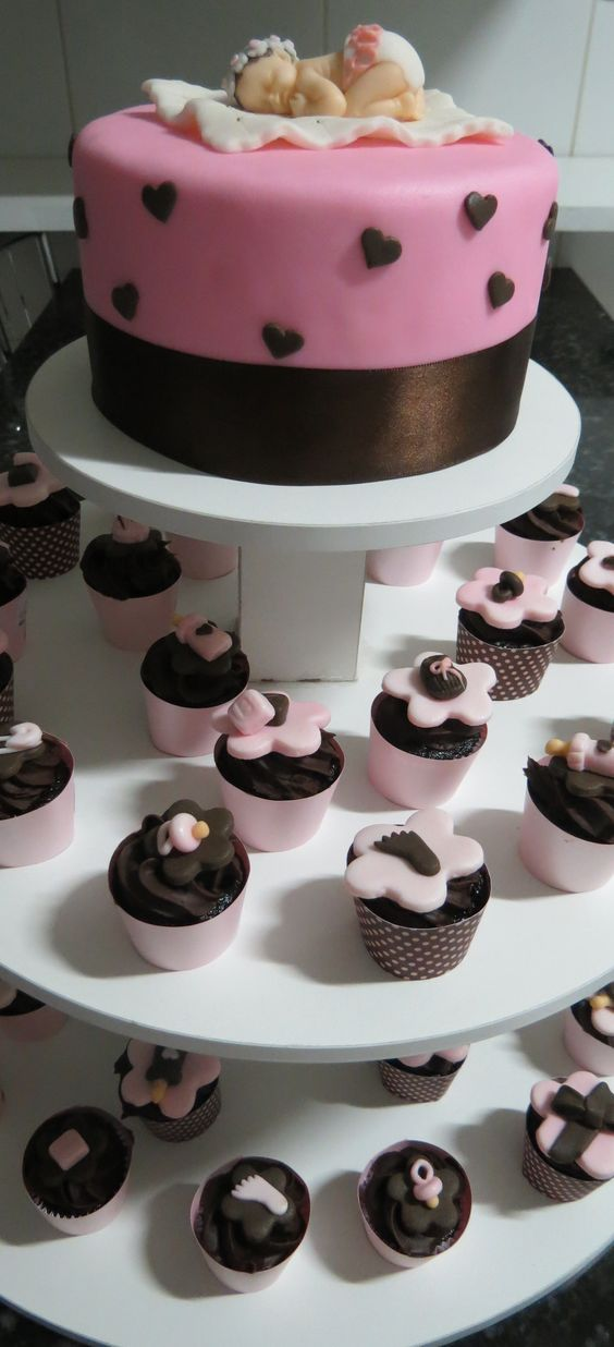Minicupcakes decorados com bolo no topo Chá de bebê