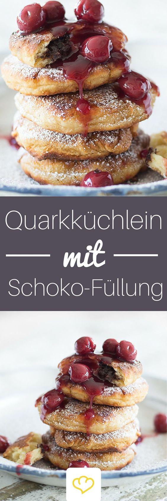 Quarkpfannküchlein mit Schokoladenherz - und ja es ist wahr: Schokolade verändert alles. Sie macht diese kleinen Pfannküchlein zu Superstars! Von dem fluffigen Quarkteig wollen wir gar nicht erst anfangen!: