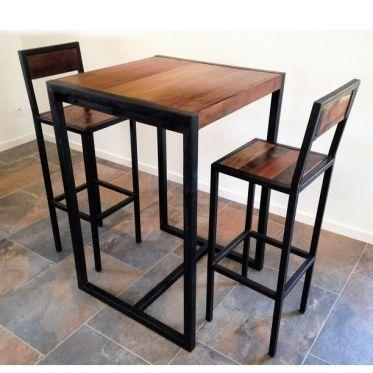 Ensemble comprenant 2 tabourets et une table haute Factory. Table haute industrielle carré avec plateau en bois recyclé patiné et structure en tube acier finition noire. Un mange debout adapté au