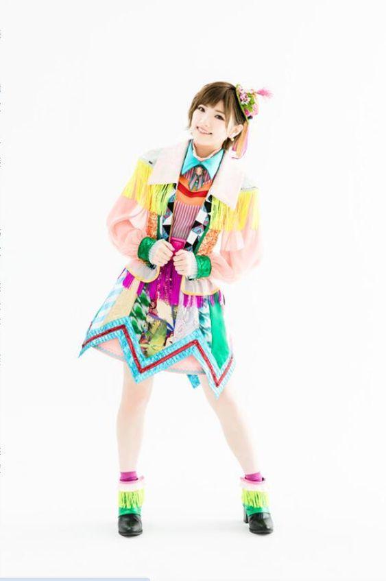岡田奈々元気になるカラーの衣装