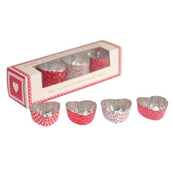 Qu'ils sont mignonnns ces petits moules à pois en forme de coeur! A utiliser pour la cuisson de petits cakes ou pour y couler du chocolat. 5,30 € http://www.lafolleadresse.com/fetes-mariage-baptemes/646-moules-à-petits-fours-en-forme-de-coeur.html