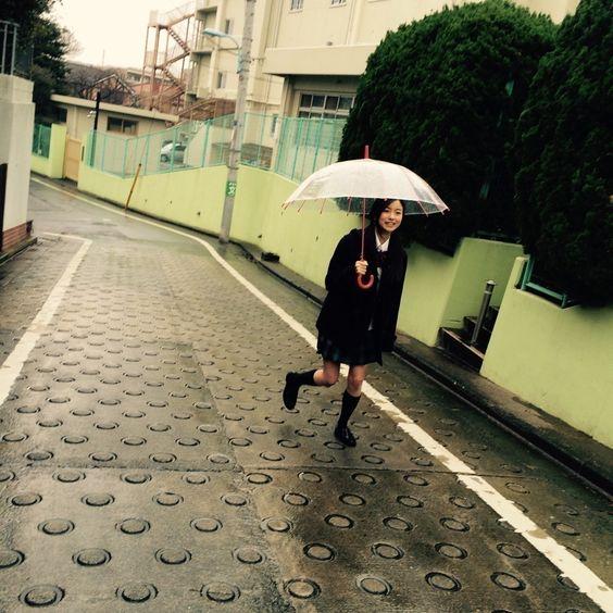 傘を持つ佐々木琴子