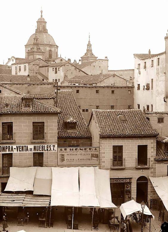 Esta instantanea recoge y enseña un pequeño tramo del Célebre Rastro de Madrid en la Ribera de Curtidores, LA cupula y las dos torres que asuman tras las casas vajas que caracterizaba el lugar en antaño, es la iglesia de San Cayetano. Madrid crece y muda