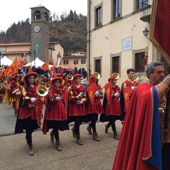"""""""#vernio #mittelalterfest #festadellapolenta also ein Fest mit #polenta und #kastanien, #porchetta und #brigidini dazu #fahnenwerfer #trommler und…"""":"""