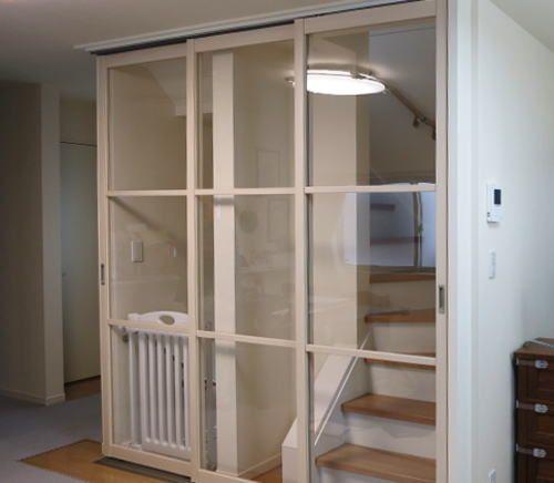 階段口に3枚引き戸の取付事例 パネル 間仕切り 後付け リビング階段口