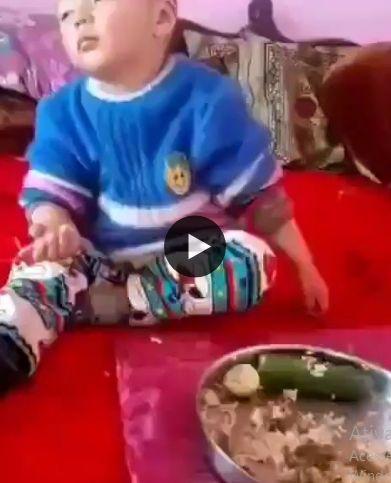 o bebezinho cochila comendo comida