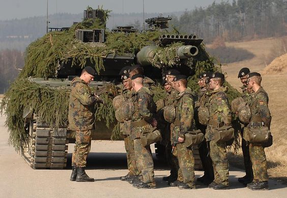 "In the Bundeswehr of Leo done in the version ""2 A6"" as ""standard tanks of the armored force"" (Quote: Bundeswehr) his service."