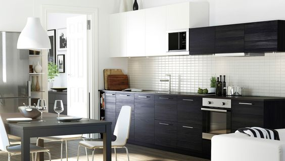 Kjøkken med en kombinasjon av hvite og brunsvarte tingsryd dører ...