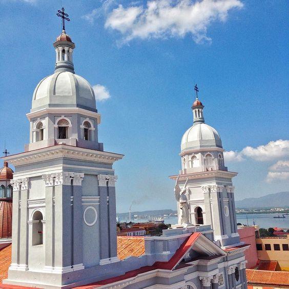 Bienvenido pape François ! #santiago #catedral #papefrancois #parquecespedes #cuba #travel by margauxmalone