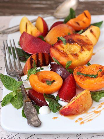 Salade de fruits grillés4 abricots 4 pêches 4 prunes 100 g de sucre blond de canne en poudre 3 cuillères à soupe d'eau 1-2 gouttes de vinaigre de vin rouge quelques feuilles de menthe fraîche