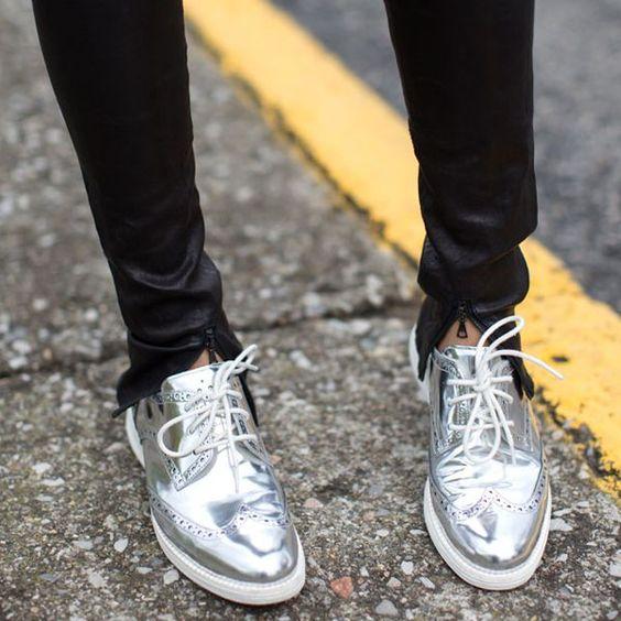Looks com sapatos metálicos.:
