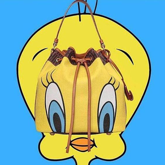 Eu acho que vi um gatinho! A escolha de @itsjeremyscott da coleção Looney Tunes, da @moschino, para a noite de sexta-feira. #moschino, #moda, #jeremyscott