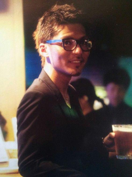 黒ぶち眼鏡をかけて微笑んでいるEXILEのSHOKICHIの画像・壁紙