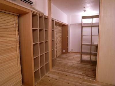 おもに翻訳家の奥様のための作業スペースですが通常はLDKと一体的に使用できるよう天井まである大きな間仕切り(ドア)で仕切れるようになっています。また将来は子供部屋として使うことを考慮しました。