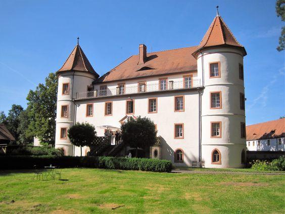 Das besondere Flair der Räumlichkeiten im Haupthaus des Schlossguts bietet den perfekten Rahmen für die Anmietung zu Vernissagen und Ausstellungen bildender Künstler.