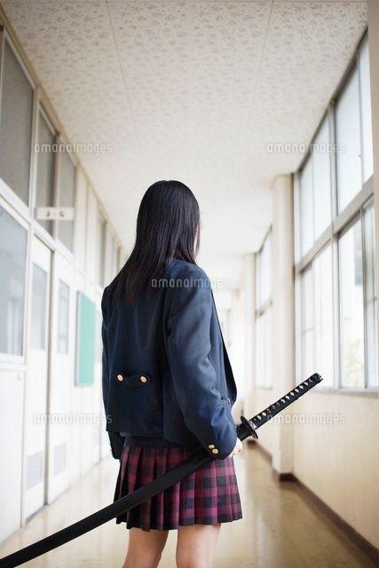 刀を持って学校の廊下に立つ女子高校生の後姿[07000001163]の写真素材・ストックフォト。アマナイメージズでは2500万点以上の高品質な写真素材を販売。オリジナルロイヤリティフリー素材も充実。aicn掲載中の素材も購入可能です。